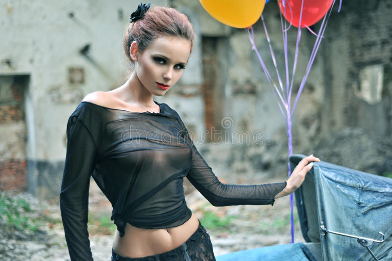 Junge reizvolle Frau mit Ballonen lizenzfreie stockfotos