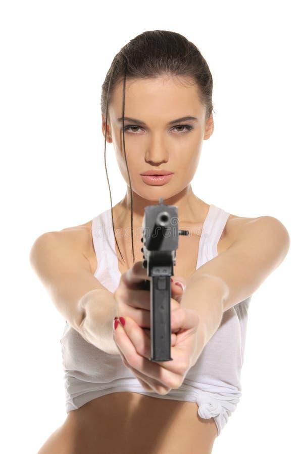 Junge reizvolle Frau mit Gewehr lizenzfreie stockfotos