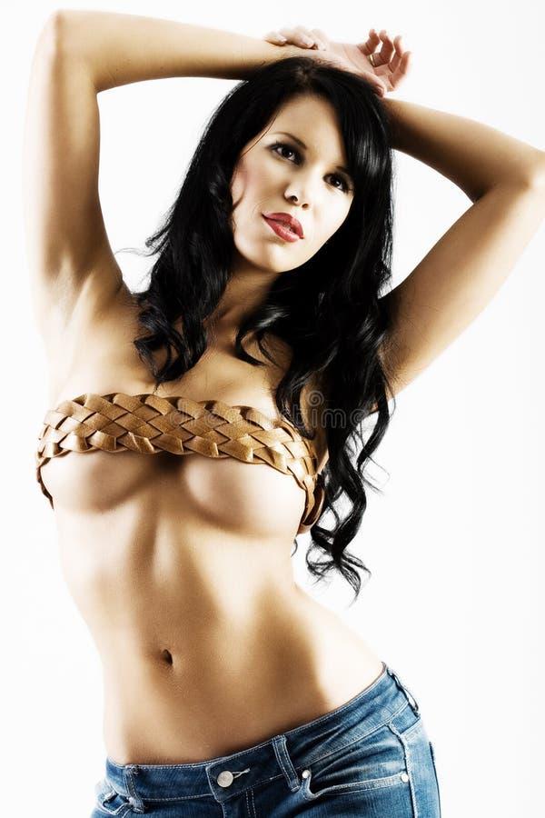 Junge reizvolle Frau mit Gurt über Brüsten stockfotos