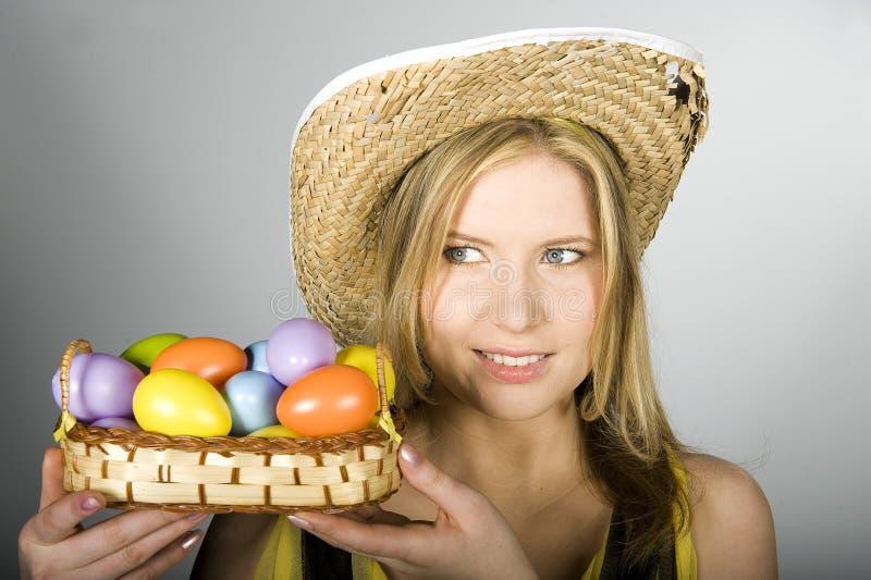 Junge reizvolle Frau mit Ostereiern stockbild