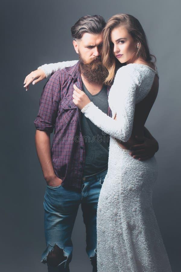 Junge reizvolle Paare lizenzfreie stockbilder