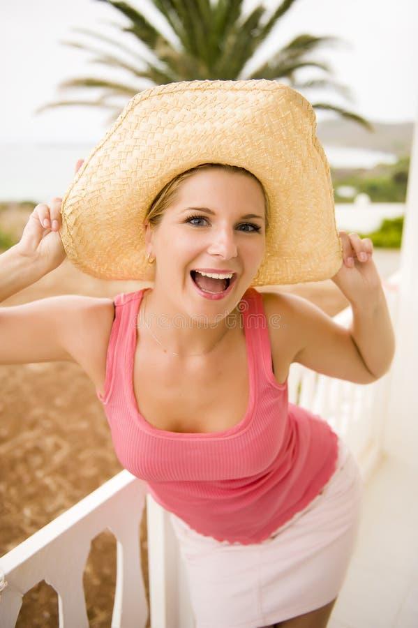 junge reizvolle verrückte Sommerfrau, die Spaß hat stockfotografie