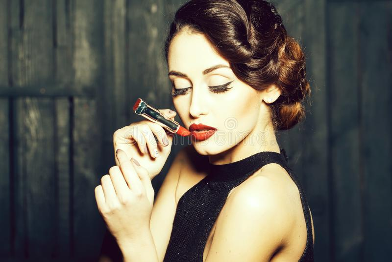 Junge Retro- Frau mit lipgloss stockfotografie