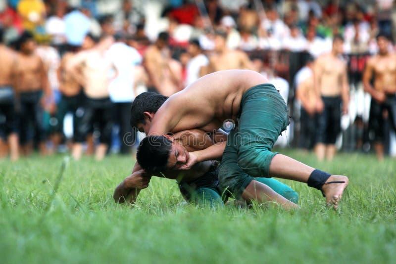Junge Ringkämpfer kämpfen für Sieg am türkisches Öl-ringend Festival Kirkpinar in Edirne in der Türkei lizenzfreies stockbild