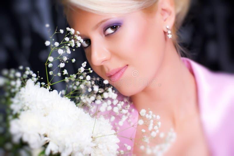 Download Junge Romantische Frau Mit Blumenportrait Stockfoto - Bild von weiß, frau: 9087726
