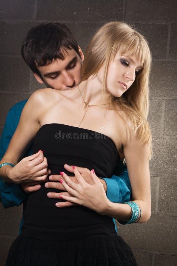 Junge romantische Paare lizenzfreie stockfotografie