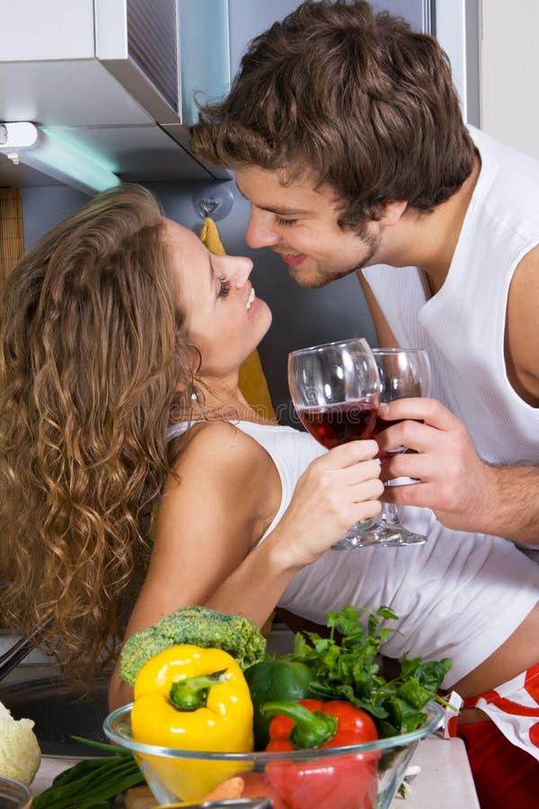 Junge romantische Paare in der Küche stockbilder