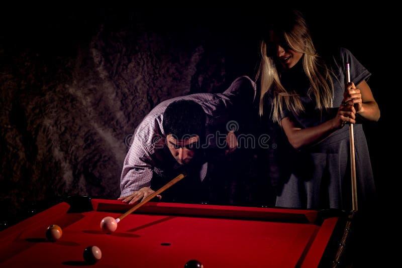 Junge romantische Paare, die Billardspiel spielen lizenzfreie stockfotos