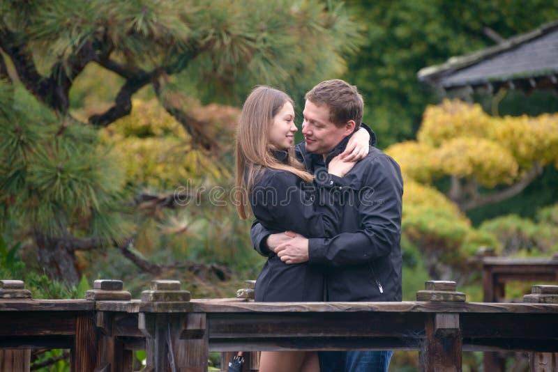 Junge romantische Paare, die draußen umarmen und küssen lizenzfreie stockfotos