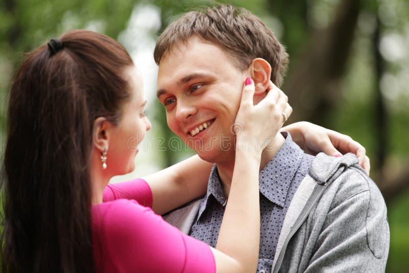 Junge romantische Paare im Park. stockfoto