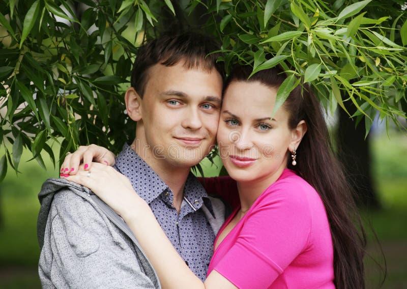 junge romantische Paare im Park. stockfotos
