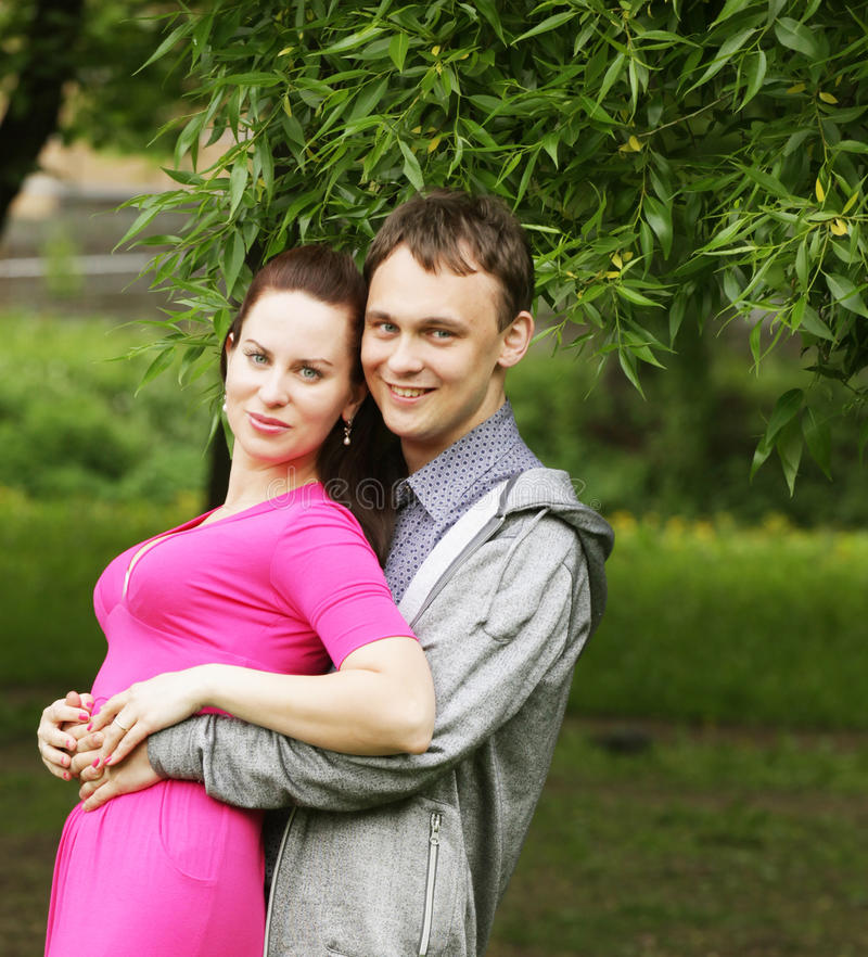 Junge romantische Paare im Park. lizenzfreie stockbilder