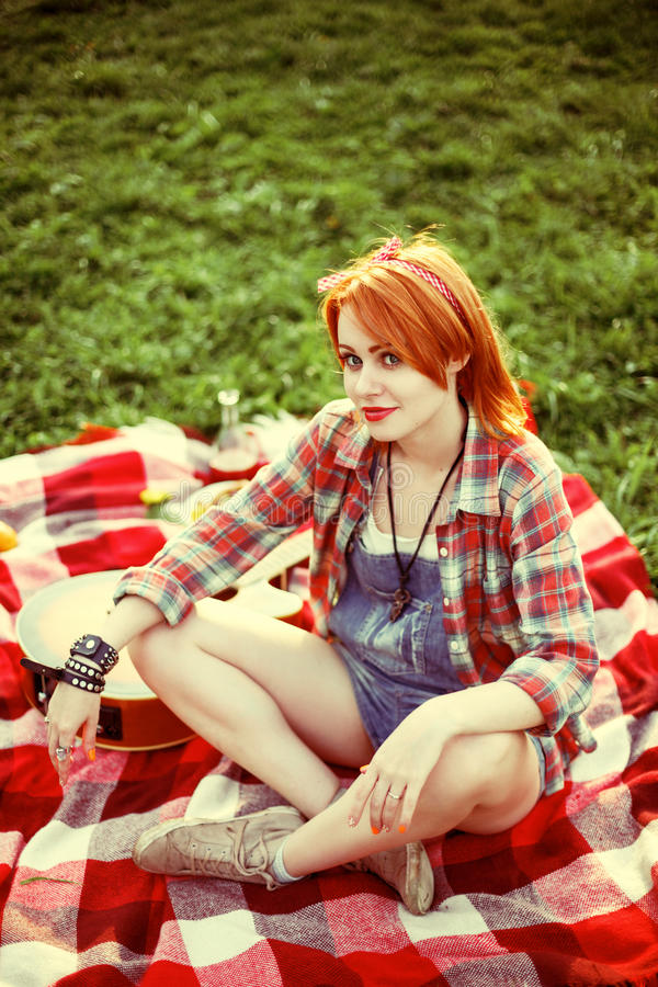 Junge Rothaarigehippie-Frau auf dem Picknick lizenzfreie stockfotografie