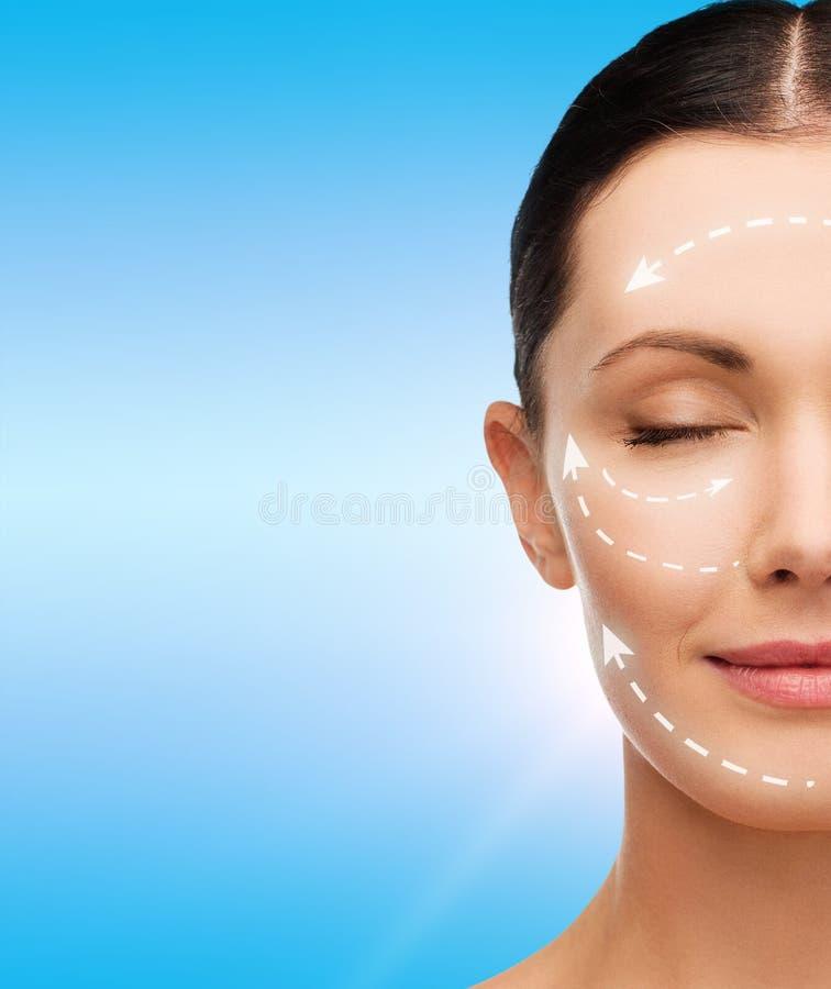 Junge ruhige Frau mit geschlossenen Augen lizenzfreies stockbild