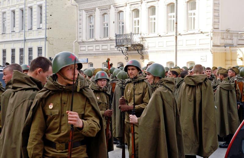 Junge russische Soldaten in der Weltkrieguniform lizenzfreies stockbild