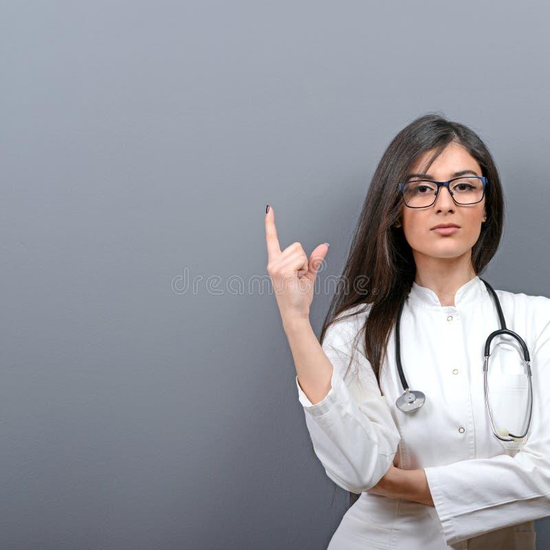 Junge schöne Ärztin, die leeren Bereich zeigt stockbild