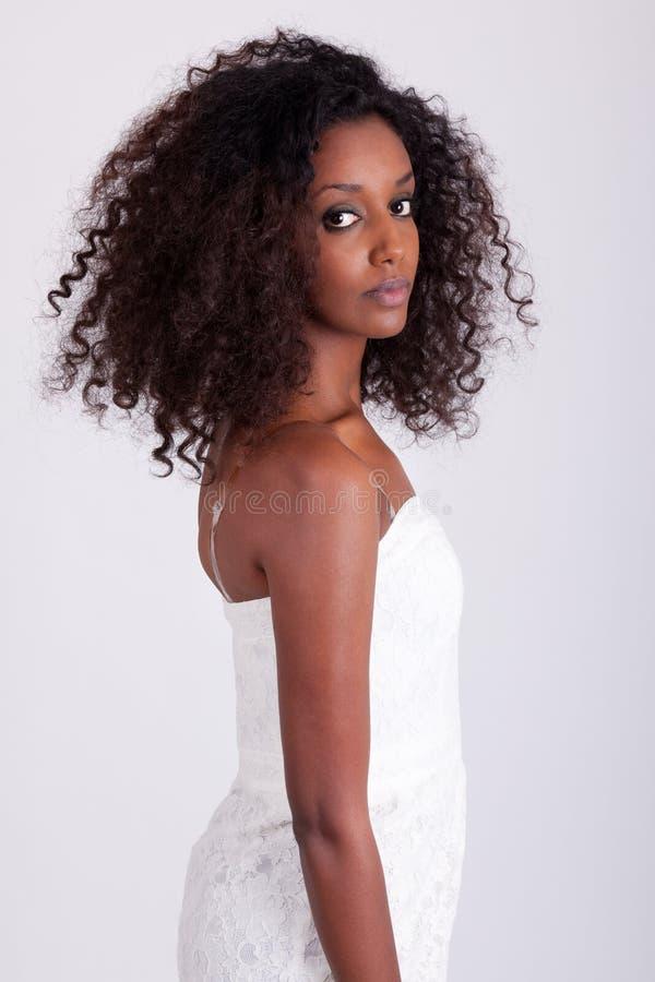 Junge schöne afrikanische Frau stockfotografie