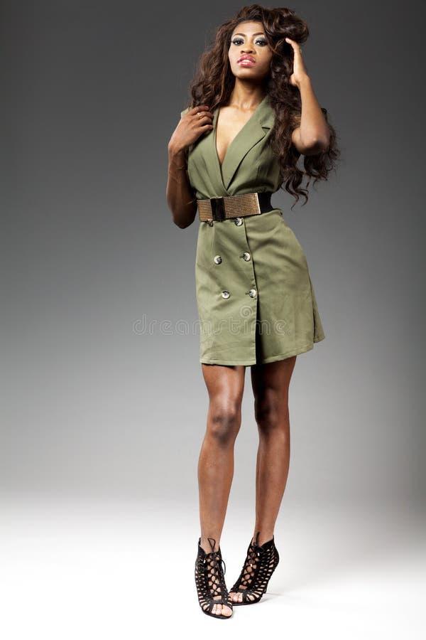 Junge schöne afrikanische Mädchenaufstellung stockfotos