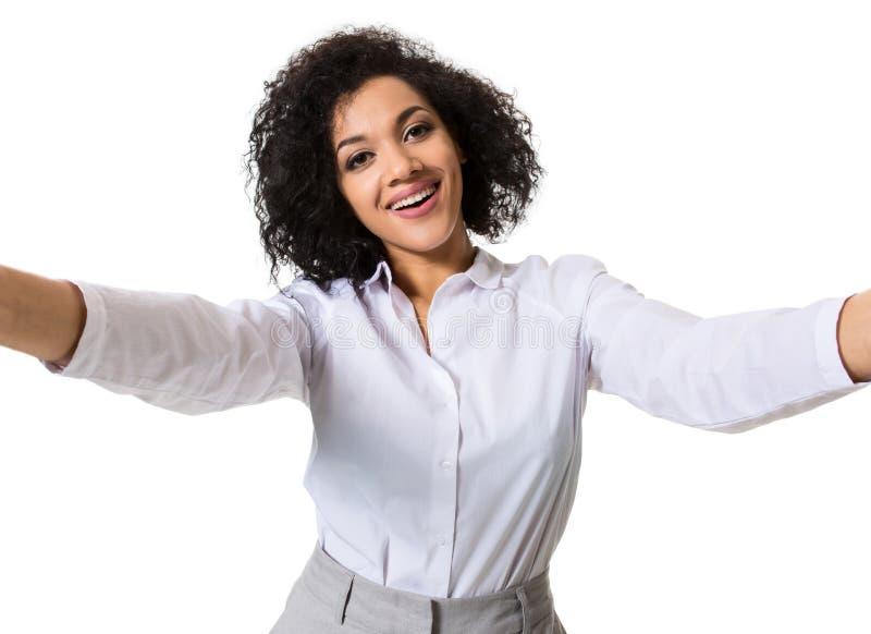 Junge schöne Afroamerikanerfrau macht Selbst gegen den weißen Hintergrund im Studio lizenzfreie stockbilder