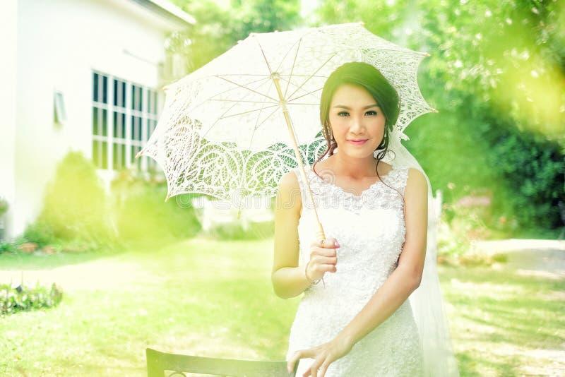 Junge schöne asiatische Braut lizenzfreies stockbild