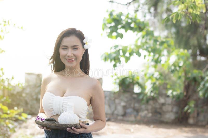 Junge schöne asiatische Frau mit thailändischem Trachtenkleid I stockfotos