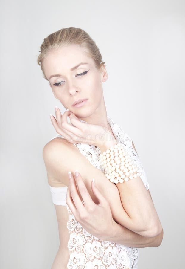 Junge schöne blonde Frau mit lang lizenzfreie stockfotos