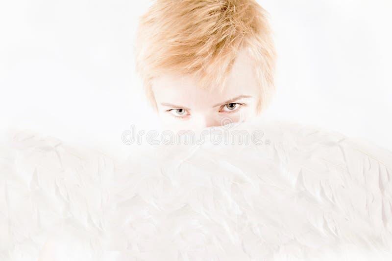 Junge schöne Blondine mit den Flügeln des Engels lizenzfreies stockfoto