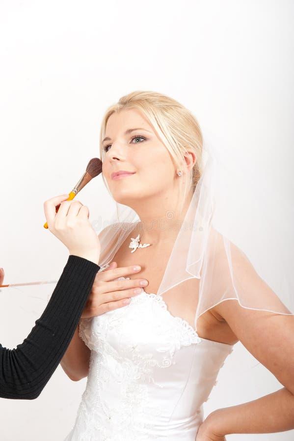 Junge schöne Braut, die Hochzeitsverfassung anwendet lizenzfreie stockbilder