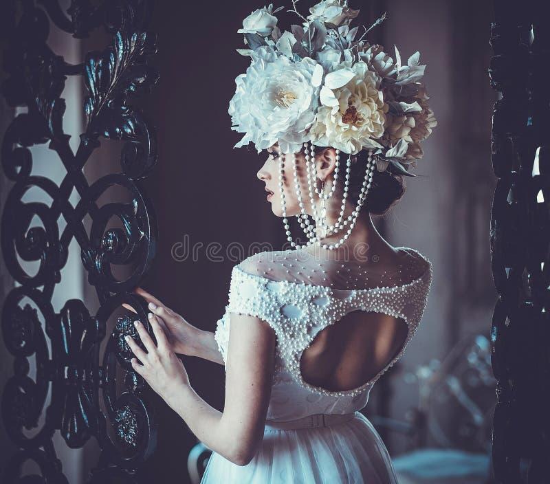 Junge schöne Braut, die im Palastraum steht lizenzfreies stockfoto