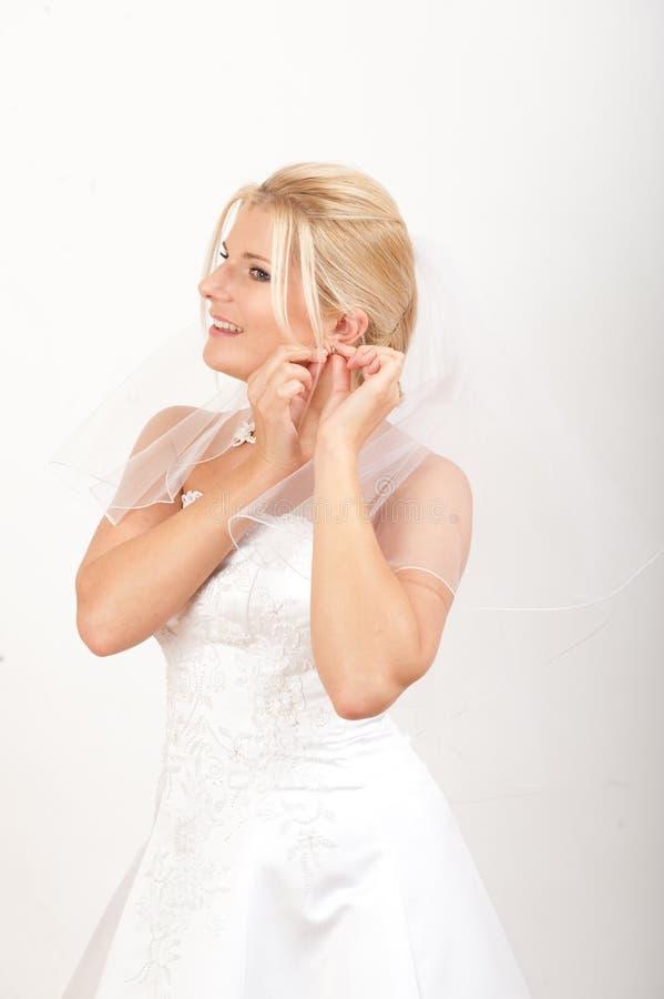 Junge schöne Braut mit Schleier auf ihrer Hochzeit stockfotografie