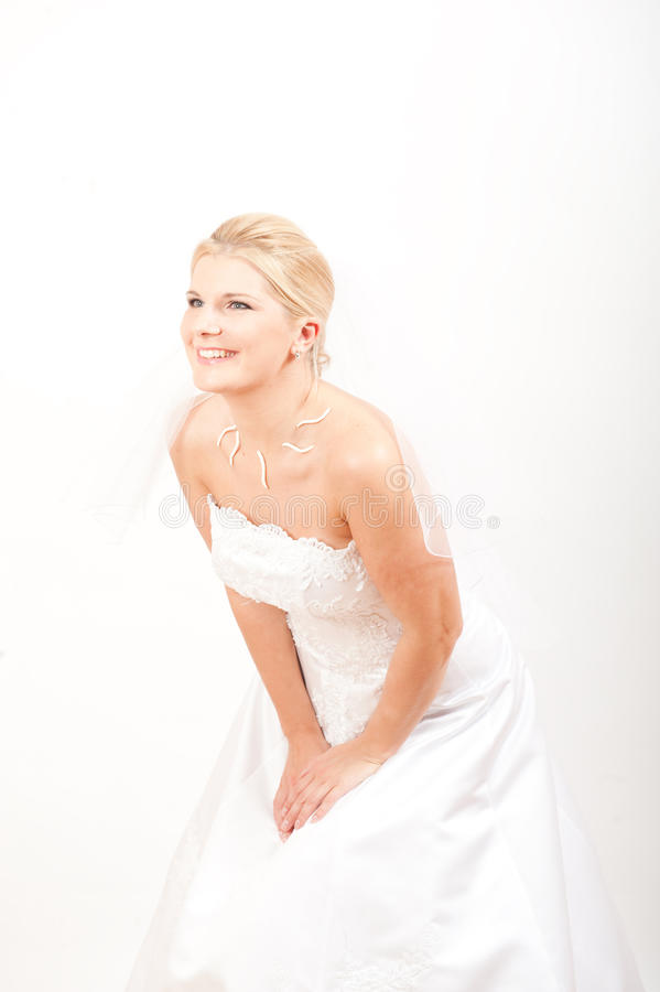 Junge schöne Braut mit Schleier auf ihrer Hochzeit lizenzfreies stockfoto