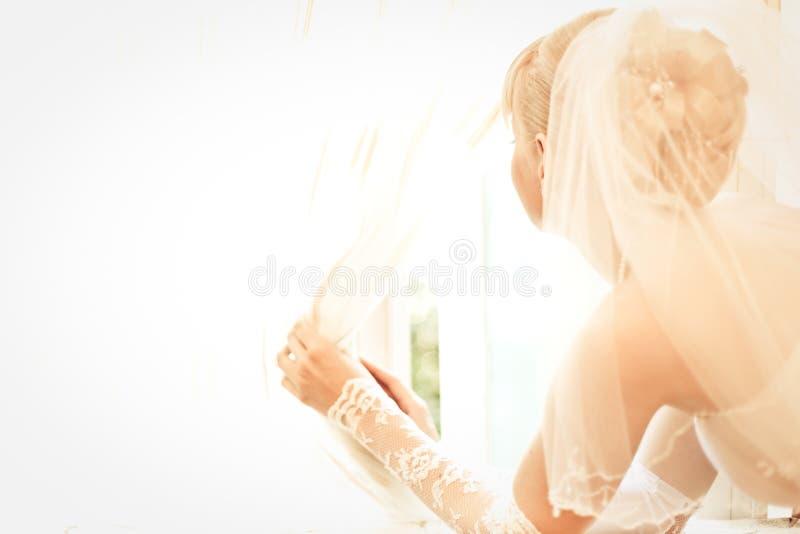 Junge schöne Braut wartet Bräutigam lizenzfreies stockbild