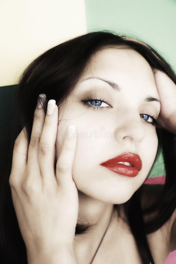 Junge schöne Brunettefrau lizenzfreie stockbilder
