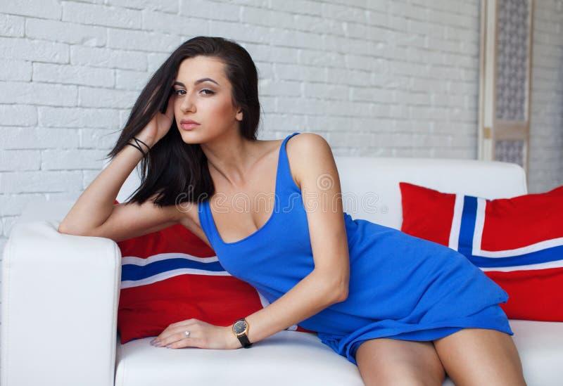 Junge schöne Brunettefrau mit den langen dünnen aufwerfenden Beinen, tragende modische Kleidung lizenzfreie stockfotos