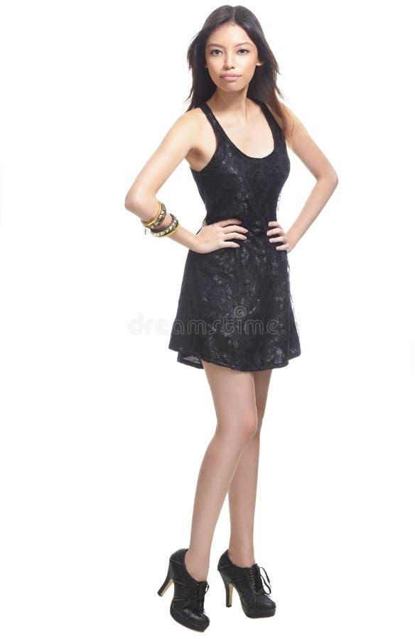 Junge schöne chinesische Frau im schwarzen Kleid stockfoto