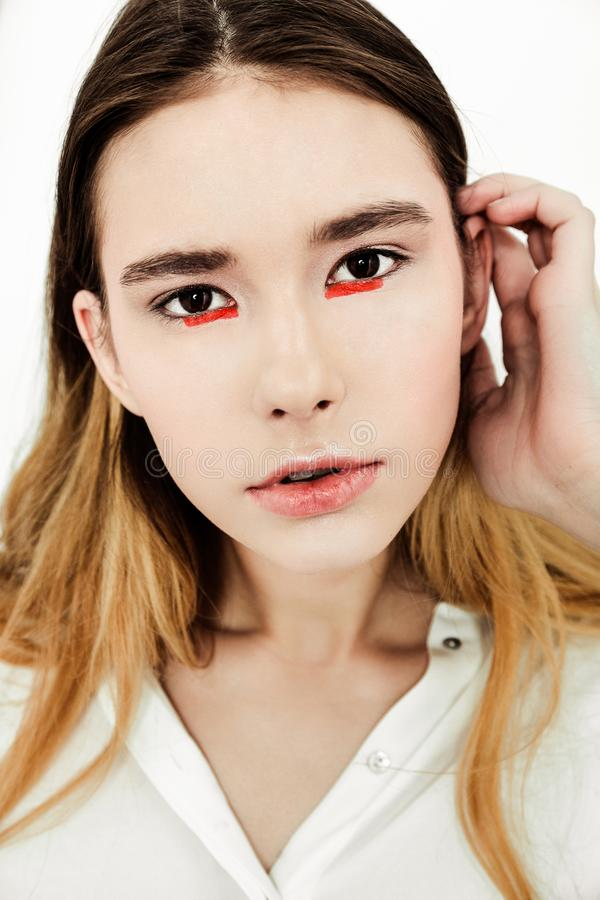 Junge schöne ernste dunkelhaarige Frau des Porträts im weißen Hemd lizenzfreie stockfotos