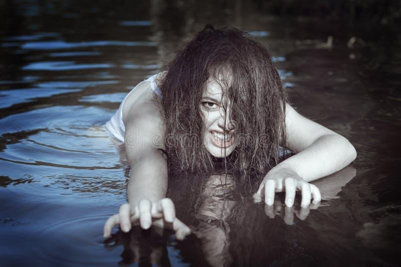 Junge schöne ertrunkene Geistfrau im Wasser lizenzfreies stockbild