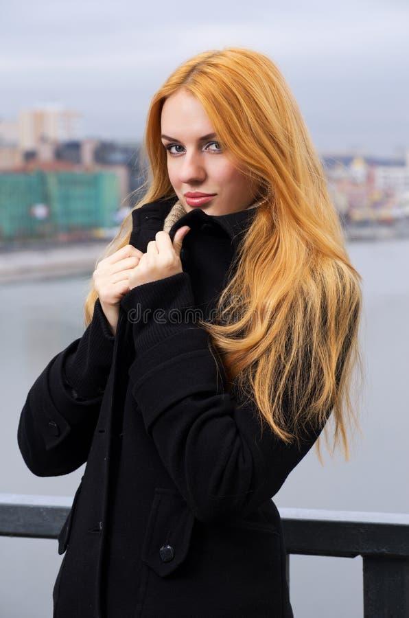 Junge schöne Frau lizenzfreies stockbild