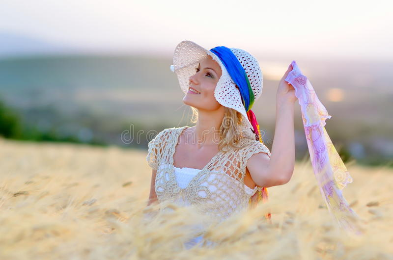 Junge schöne Frau auf Getreidefeld lizenzfreie stockbilder