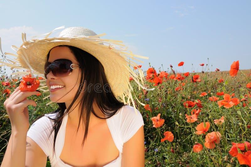 Junge schöne Frau in den Mohnblumeblumen lizenzfreie stockbilder
