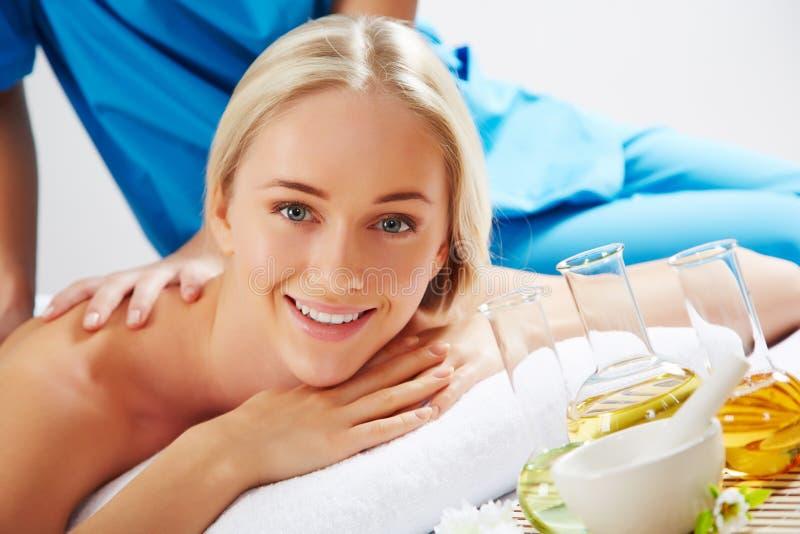 Junge schöne Frau in der Badekurortumgebung stockfotos