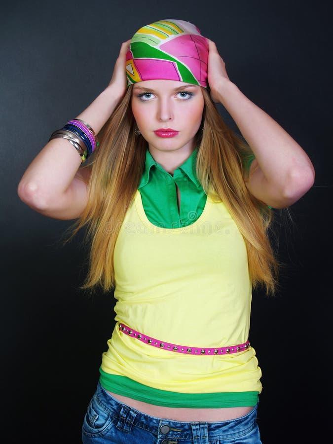Junge schöne Frau in der hellen Kleidung stockfotografie