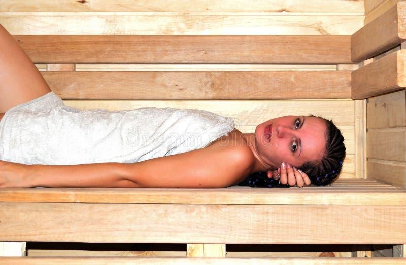 Junge schöne Frau in der Sauna stockbilder