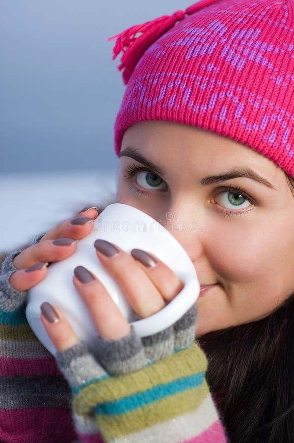Junge schöne Frau, die einen Tasse Kaffee anhält lizenzfreie stockfotos