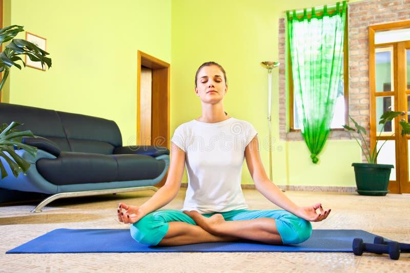 Junge schöne Frau hat Meditation lizenzfreie stockfotos