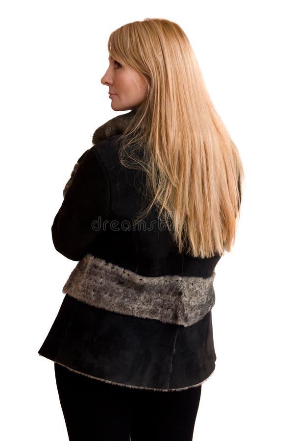 Junge schöne Frau im grauen Schaffellmantel. stockfoto