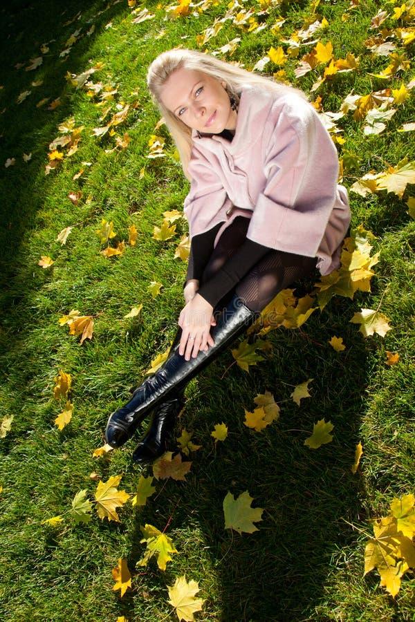 Junge schöne Frau im Herbstpark stockfoto