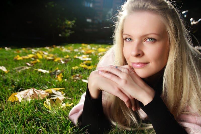 Junge schöne Frau im Herbstpark lizenzfreie stockfotografie