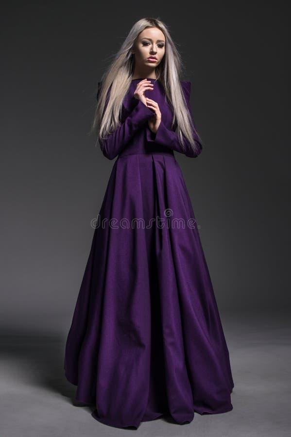 Junge schöne Frau im Kleid lizenzfreie stockfotos