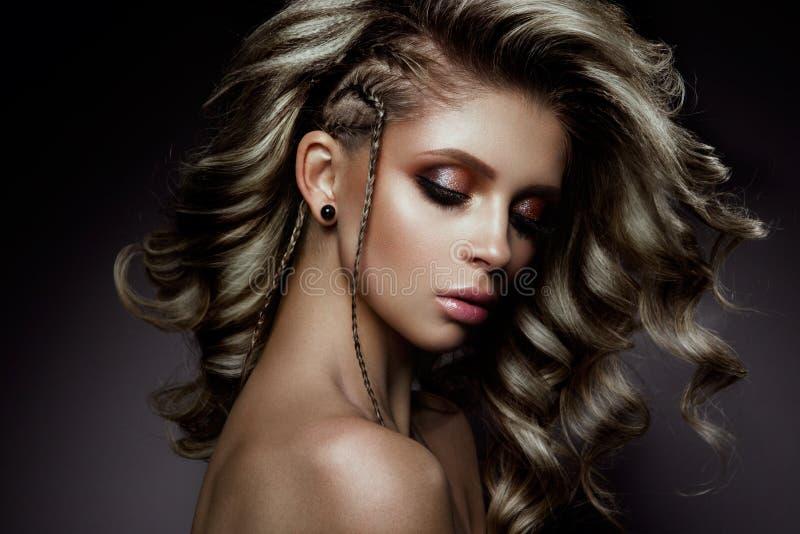 Junge schöne Frau mit den langen lockigen Haaren lizenzfreies stockfoto